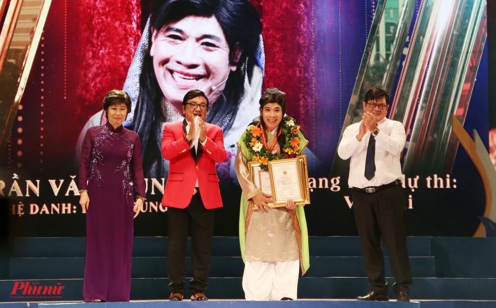 Nghệ sĩ Linh Trung nhận HCV ở hạng mục vai hài
