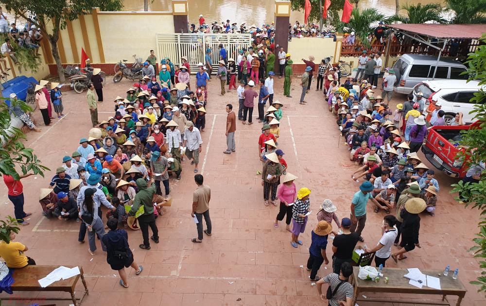 Hình ảnh đoàn của Thủy Tiên đi trao quà tại miền Trung vừa qua - Ảnh: Trường Nguyên