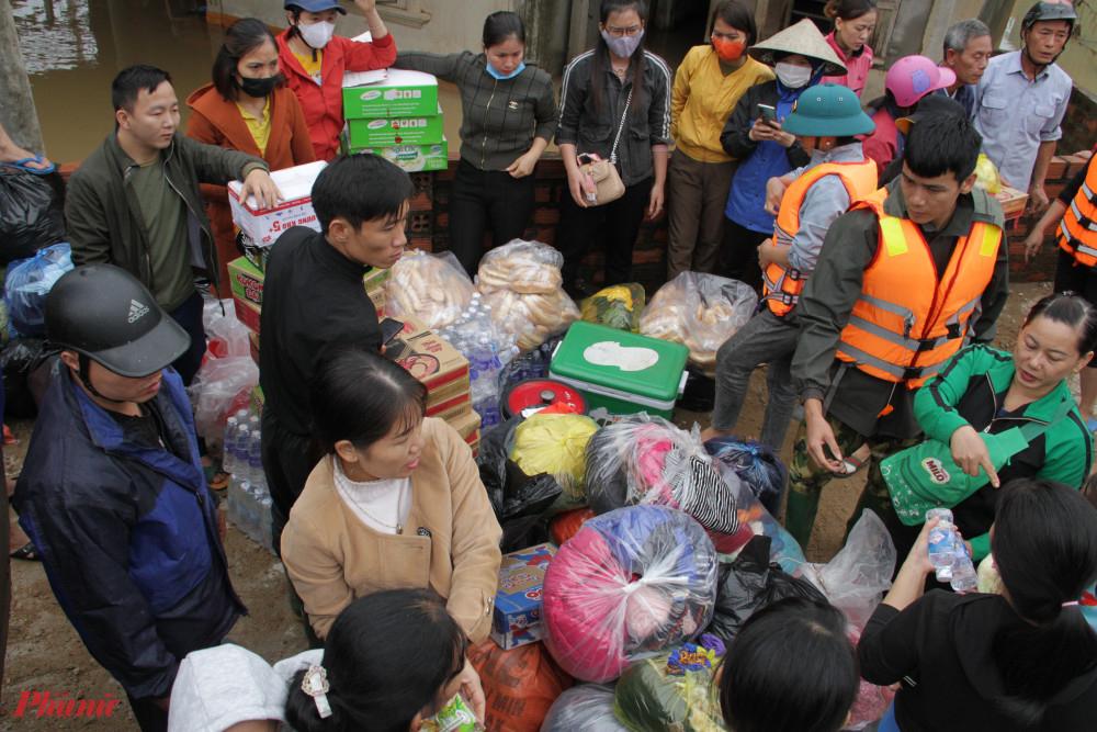 Các đoàn từ thiện mang theo nhu yếu phẩm về các xã rốn lũ huyện Cẩm Xuyên, Hà Tĩnh sau lũ.