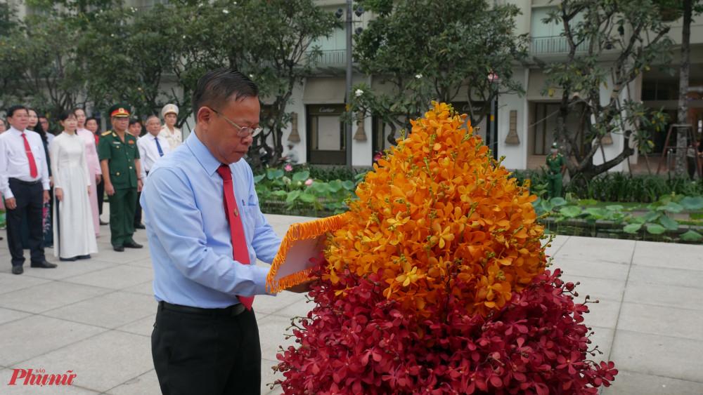 Trưởng ban Dân vận Thành ủy TPHCM Nguyễn Hữu Hiệp chỉnh lại lẵng hoa dâng lên Chủ tịch Hồ Chí Minh