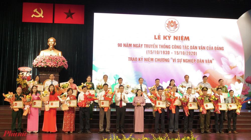 Nguyễn Phước Lộc – Phó trưởng Ban Dân vận Trung ương, bà Nguyễn Thị Lệ - Phó Bí thư Thành ủy, Chủ tịch HĐND TPHCM.tặng Kỷ niệm chương cho cá nhân có thành tích xuất sắc đóng góp vào công tác Dân vận của Đảng