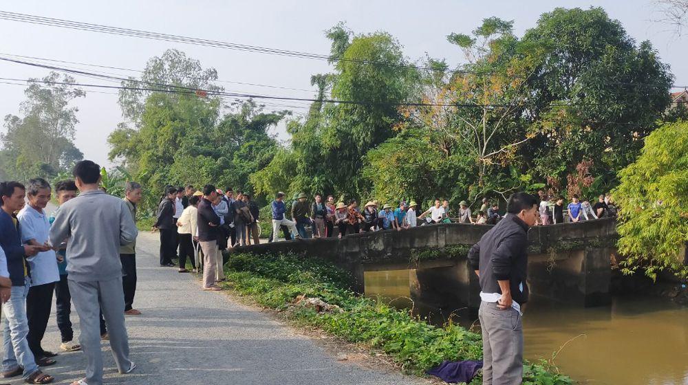 Người dân tập trung theo dõi vụ việc.