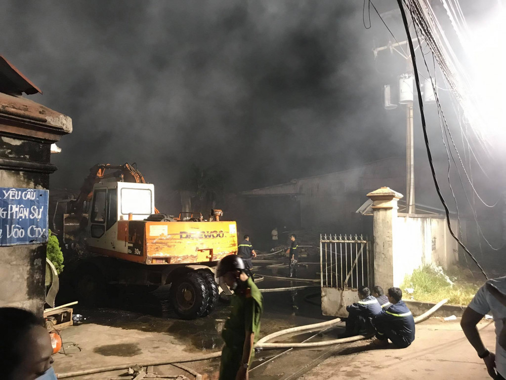 Đến 21g, lực lượng vẫn đang phun nước vào trong đống tro tàn của đám cháy