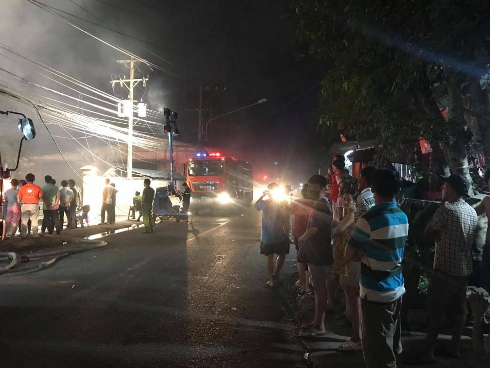 Người dân đổ ra đường đứng xem vụ cháy