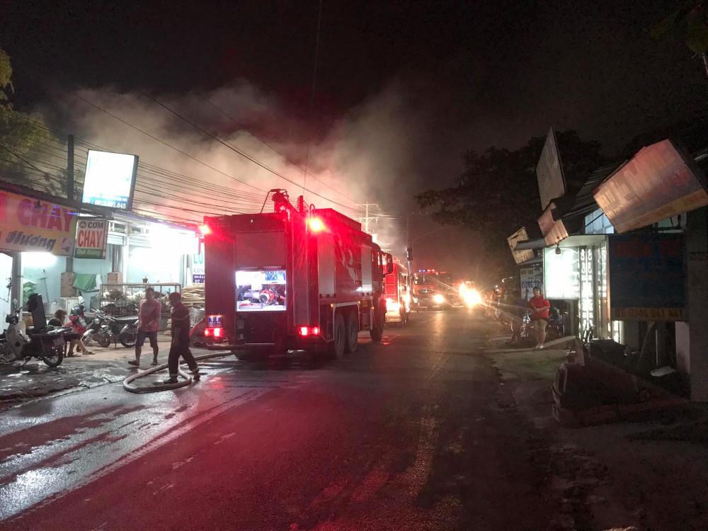 Khoảng 15 xe chữa cháy được điều tới hiện trường