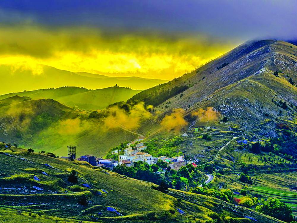 Ngôi làng Santo Stefano di Sessanio nằm trên đỉnh đồi đẹp như tranh vẽ  - Ảnh: GETTY images