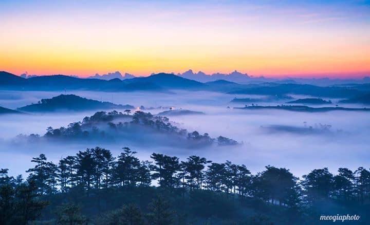 Có hai cách để chinh phục Langiang là trekking và dùng xe jeep. Dù dùng phương tiện nào thì nếu muốn săn mây, bạn nên đến vào lúc sáng sớm hay buổi chiều. Từ trên đỉnh Langbiang, phóng tầm mắt ra xa, bạn sẽ thu vào tầm mắt những áng mây trắng xóa nhiều hình dáng đang lững lờ trôi.