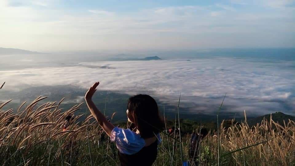 Núi Chứa Chan thuộc địa bàn huyện Xuân Lộc, tỉnh Đồng Nai, cách Sài Gòn khoảng chừng 100km. Từ lâu, nơi đây đã trở thành một điểm đến vô cùng quen thuộc đối với những người ưa xê dịch. Hơn cả, đỉnh núi này còn là một điểm săn mây thuộc loại đẹp nhất ở miền Nam.
