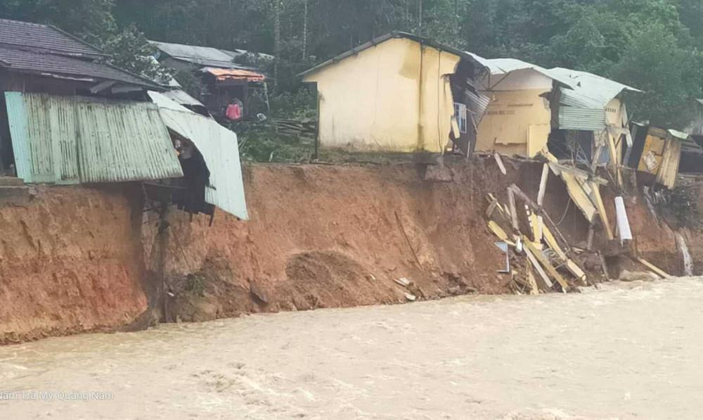 Lũ quét qua, tàn phá Trà Leng trở nên hoang tàn. Những ngôi nhà chỉ chực đổ xuống sau khu lũ khoét sâu vào lòng dất