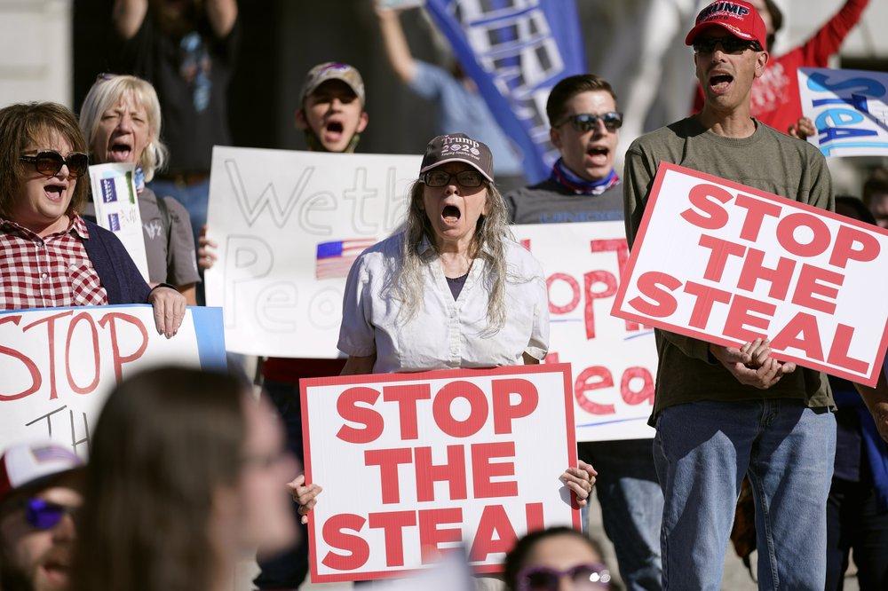 Người biểu tình ủng hộ Tổng thống Donald Trump tập trung bên ngoài các trung tâm kiểm phiếu ở nhiều thành phố trên toàn quốc, cáo buộc Đảng Dân chủ đang cố gắng đánh cắp chiến thắng từ những lá phiếu bất hợp pháp.