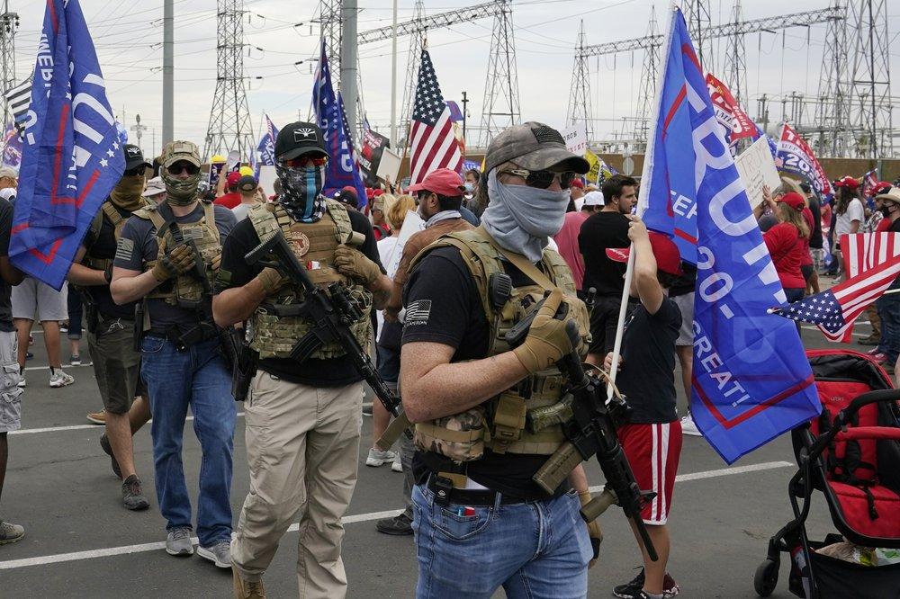 Đáng chú ý, một số người trong đám đông còn công khai mang theo súng trường và súng ngắn, khiến quan chức bầu cử ở một số bang mà ứng viên đảng Dân chủ Joe Biden đang dẫn đầu như Nevada, Arizona, Pennsylvania và Georgia lo sợ cho sự an toàn của nhân viên.