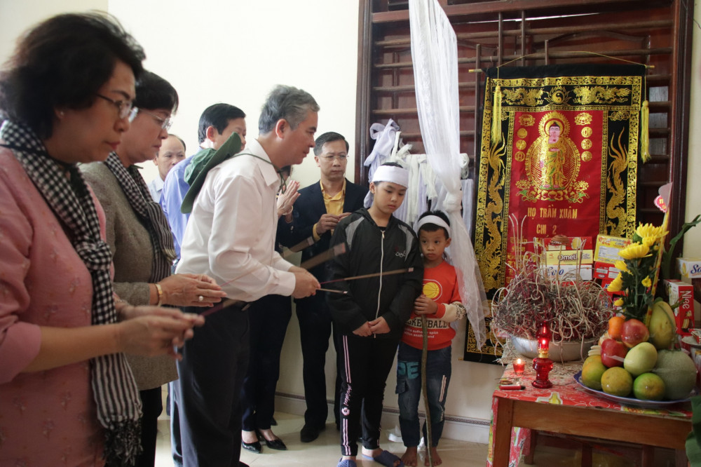 Hình viếng gia đình ông Trần Văn Ngụ, tại xóm 3, Hưng Lam, Hưng Nguyên có con dâu bị chết do đuối nước trong đợt lũ. Ông đã hơn 80 tuổi, đang nuôi 2 cháu nhỏ là con của vợ chồng chị Lan. Chồng chị đang đi xuất khẩu lao động, vợ mất nhưng không về được
