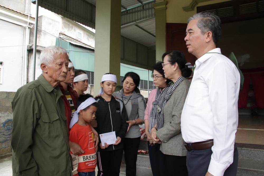 oàn viếng thăm gia đình ông Trần Văn Ngụ ở xóm 3, Hưng Lam, Hưng Nguyên (Nghệ An) có con dâu bị chết trong đợt lũ. Ông Ngụ đã hơn 80 tuổi, từ nay, ông là người trực tiếp nuôi 2 cháu nhỏ sau khi người con dâu chết đuối, con trai đi xuất khẩu lao động