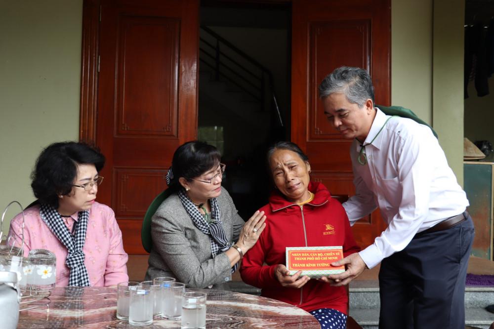 Đoàn Đại biểu Quốc hội TPHCM thăm và tặng quà cho người dân bị ảnh hưởng bởi thiên tai