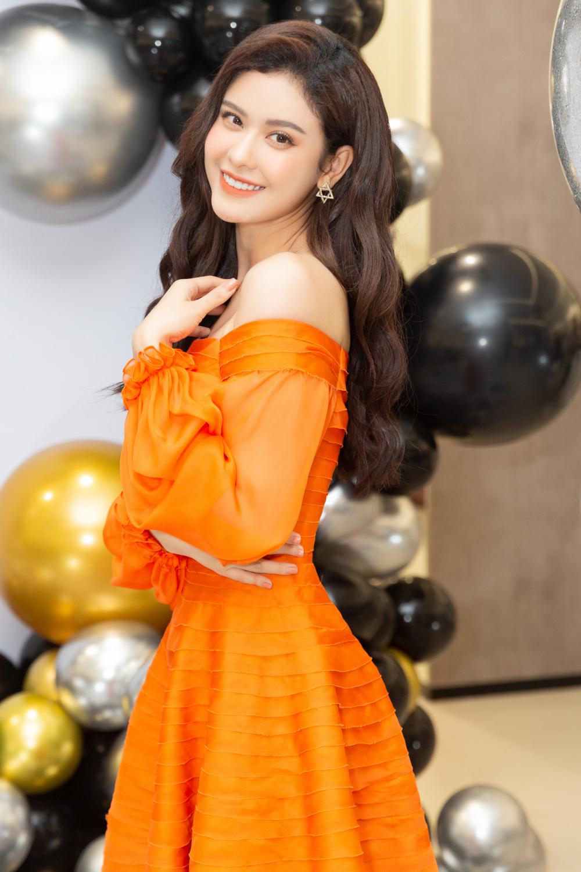 Với chiếc đầm này, nữ ca sĩ - diễn viên vừa ngọt ngào, rạng rỡ và tươi tắn. Nhìn cô, người đối diện rất khó đoán được tuổi thật của cô.