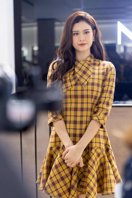 """Đây cũng là một lựa chọn thời trang rất đúng kiểu """"hack tuổi"""" của Trương Quỳnh Anh mà nhiều khán giả sẽ có thể rất thích thú: một bộ trang phục thoải mái, giản dị nhưng đồng thời rất tôn dáng và nổi bật."""