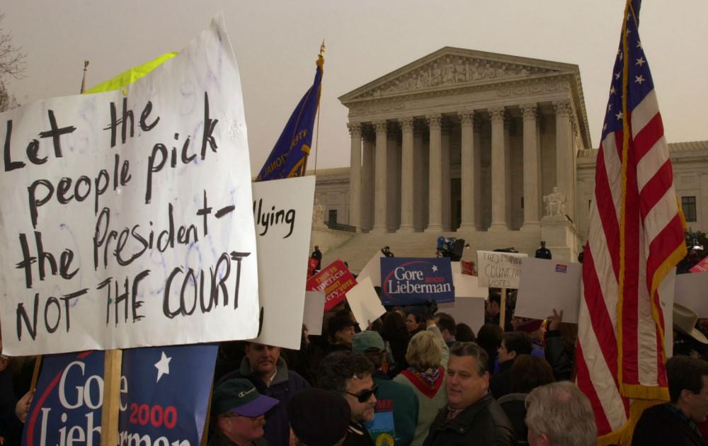 Khung cảnh hỗn loạn diễn ra bên ngoài Tòa Tối cao hôm 11/12/2000 - Ảnh: AP