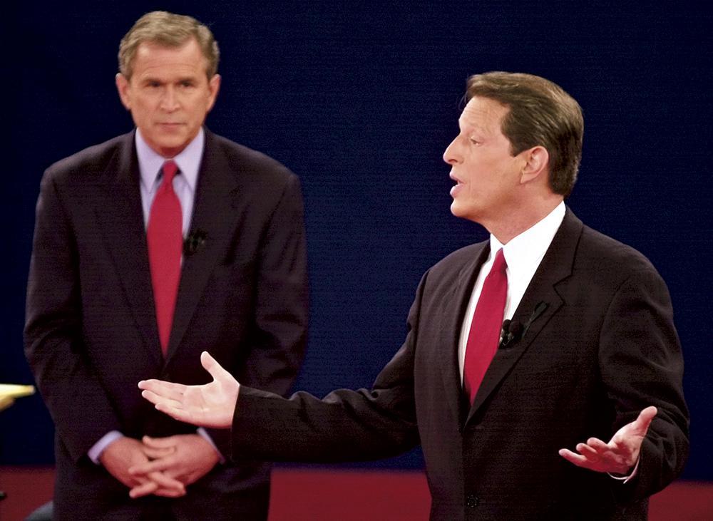Ông George W. Bush (trái) và ông Al Gore (phải) trong một cuộc tranh luận tổng thống diễn ra vào tháng 10/2000 - Ảnh: AP