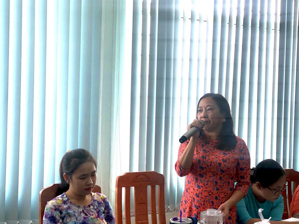 Đại diện Hội liên hiệp Phụ nữ P. Phú Thuận bày tỏ sự lo lắng về kinh phí hỗ trợ cho các chị em hội viên trong chi hội sau khi chuyển đổi thành Chi Hội Phụ nữ ô khu vực. Ảnh: Thanh Huyền.