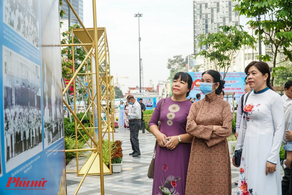 Bà Nguyễn Trần Phượng Trân - Chủ tịch Hội LHPN TPHCM xem ảnh cùng các đại biểu