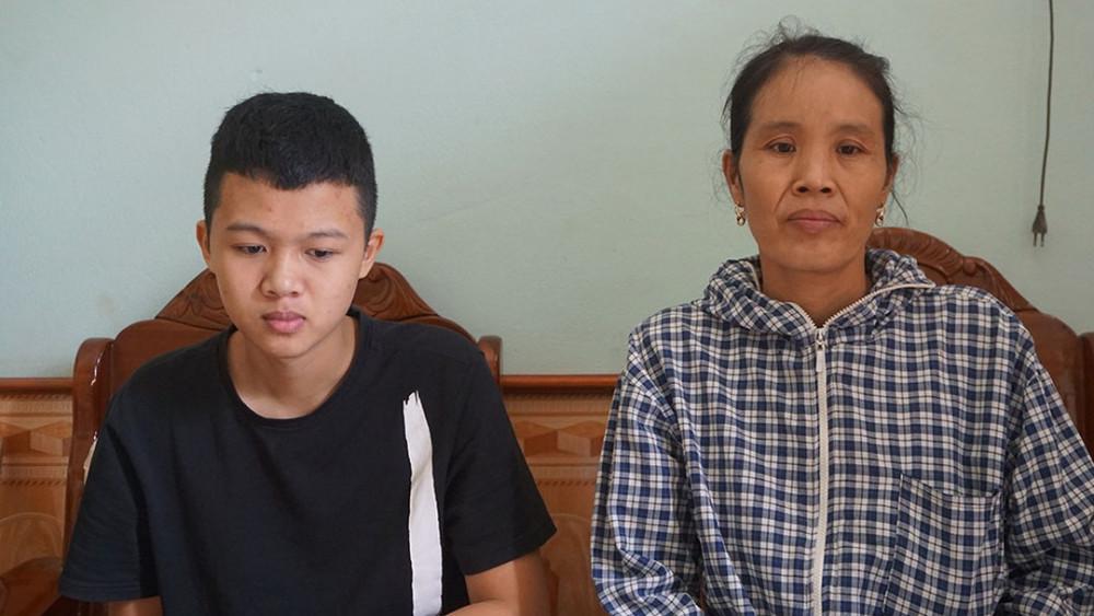 Nam sinh Lê Việt Hoàng và mẹ