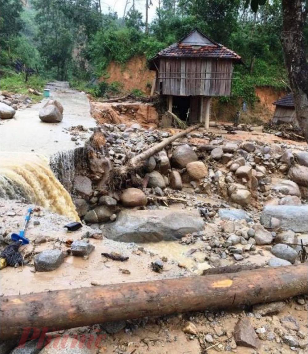 Lũ quét cuốn trôi 6 nhà dân và đe dọa nhiều nhà dân khác tại xã Sơn Bua, huyện Sơn Tây đầu tháng 11/2020