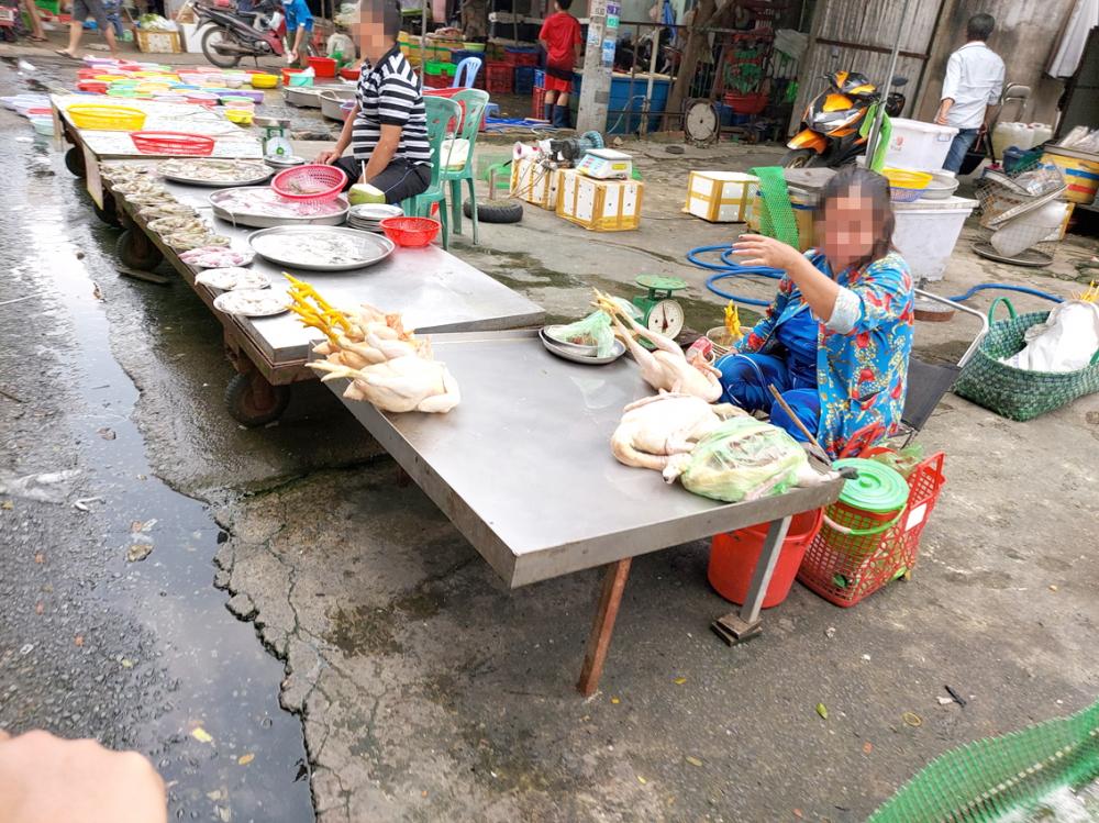Gà sống làm sẵn được bày bán sát nơi bán hải sản
