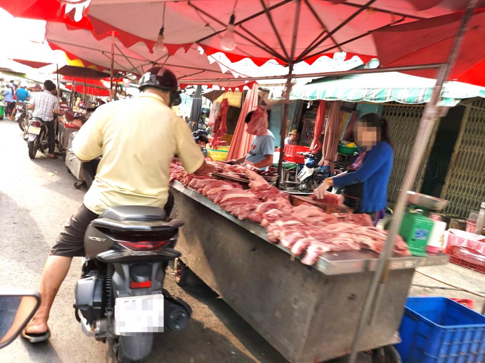 Quầy thịt heo tươi sống được bán ở chợ là một hình ảnh quen thuộc mà chúng ta bắt gặp hàng ngày