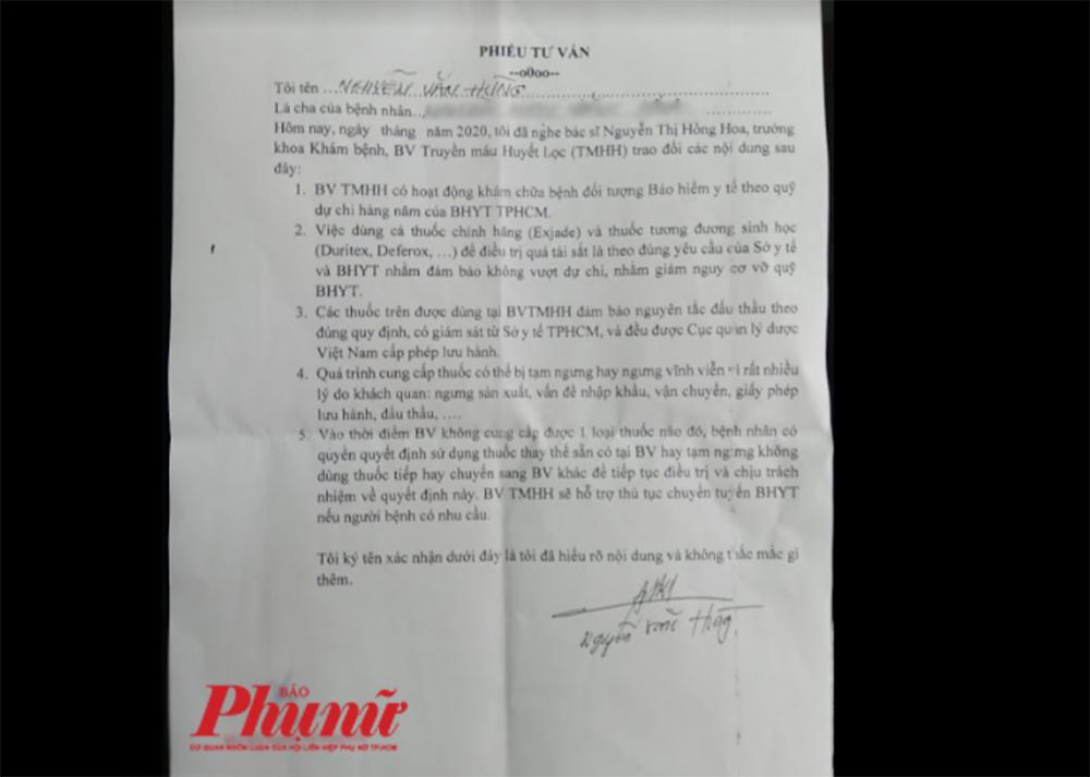 Phiếu tư vấn mà bác sĩ Bệnh viện Truyền máu Huyết học đưa cho ông Nguyễn Văn Hùng ký khi ông đưa con đến khám và nhận thuốc Exjade 250 mg