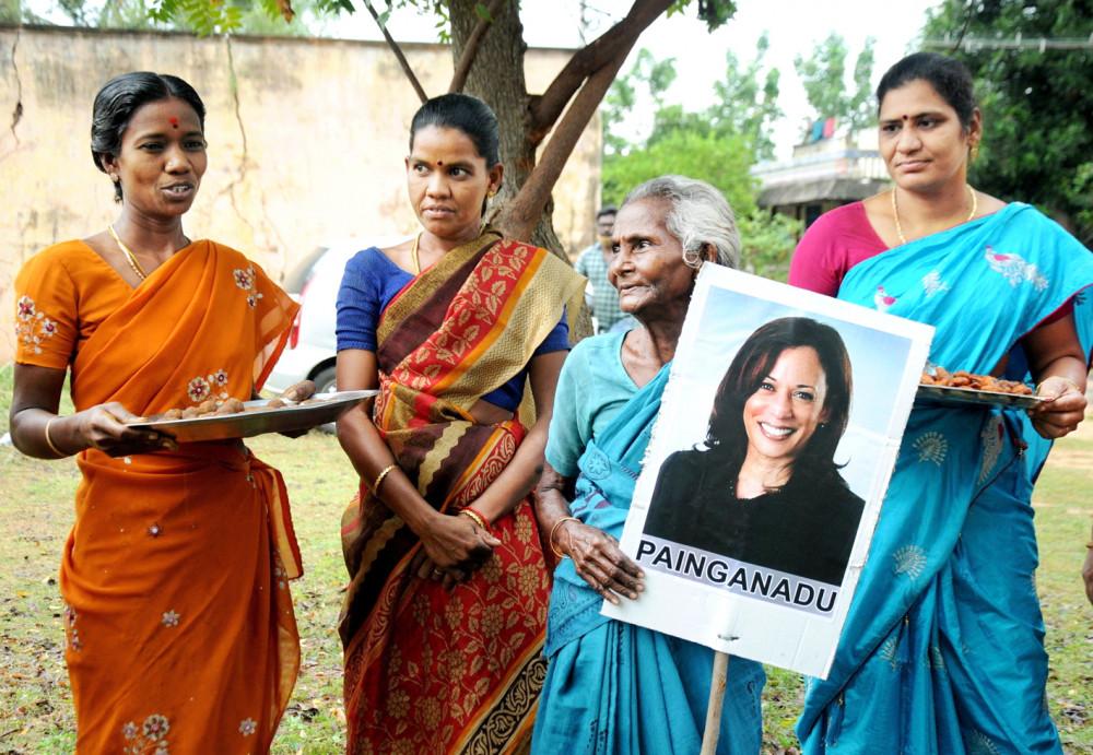 Phụ nữ Ấn Độ ăn mừng việc bà Kamala Harris đắc cử Phó tổng thống Mỹ - Ảnh: Reuters
