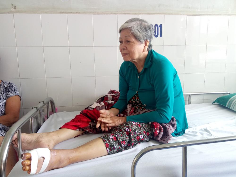 Cô Nguyễn Thị Phúc được đưa vào phòng phẫu thuật chân.