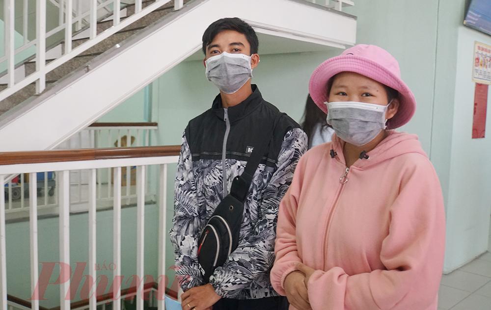 Chị và chồng vui mừng trong ngày xuất viện về nhà
