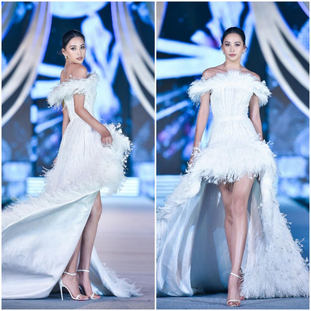 Trong khi đó, đương kim Hoa hậu Việt Nam Trần Tiểu Vy tiếp tục khẳng định nhan sắc ngày càng thăng hạng cùng kĩ năng catwalk chuyên nghiệp với thiết kế cắt xẻ táo bao, khoe trọn bờ vai trần và đôi chân gợi cảm.