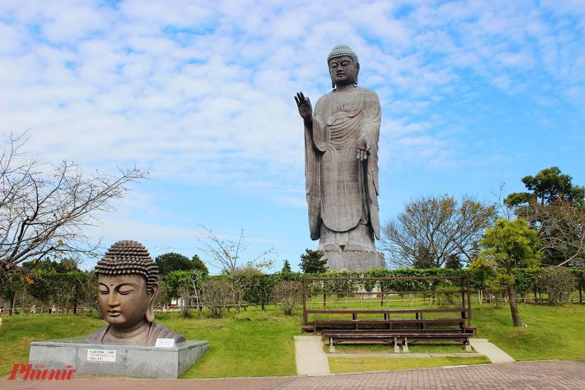 Tượng Phật Di Đà Ushiku Daibutsu cao 120 m, nặng 4.000 tấn, kích thước gấp 3 lần so với tượng Nữ thần Tự do của Mỹ. Toàn thể bức tượng được ghép từ hơn 6.000 phiến đồng có độ bền cao. Các tấm đồng đều được đúc rất tinh xảo.