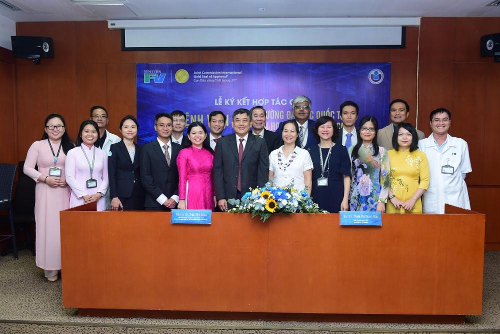Lãnh đạo cùng cán bộ, giảng viên và nhân viên hai đơn vị tại lễ ký kết hợp tác. Ảnh: A.N.