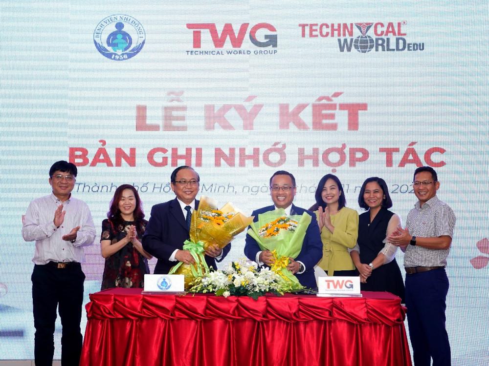 Ban giám đốc Bệnh viện Nhi Đồng 1 TP.HCM và lãnh đạo Tập đoàn TWGroup tại lễ ký kết. Ảnh: N.K.