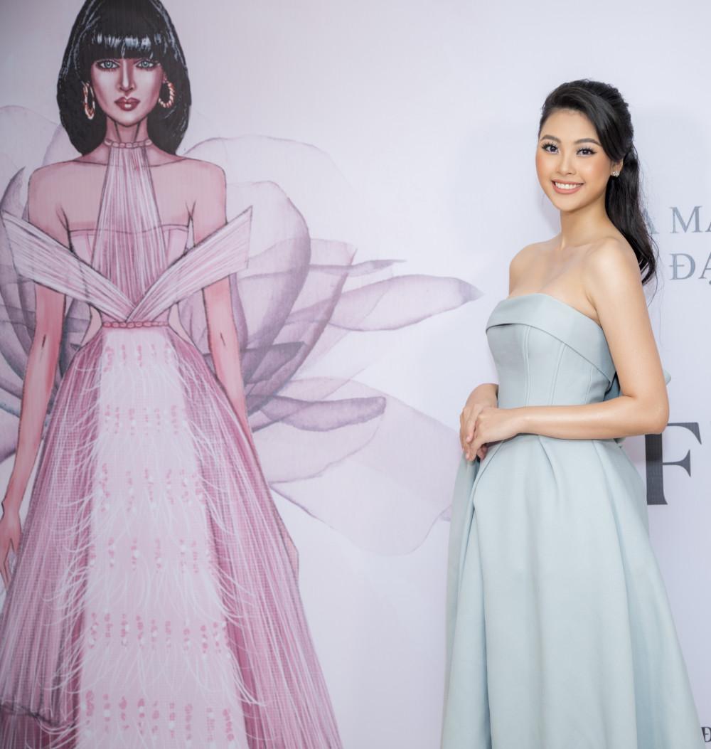 Người đẹp Đào Hà bên cạnh mẫu phác thảo bộ váy được xác lập Kỷ lục Việt Nam. Đặc biệt, bộ váy Fragile Flower được tạo nên từ vải Habutai dệt 100% từ