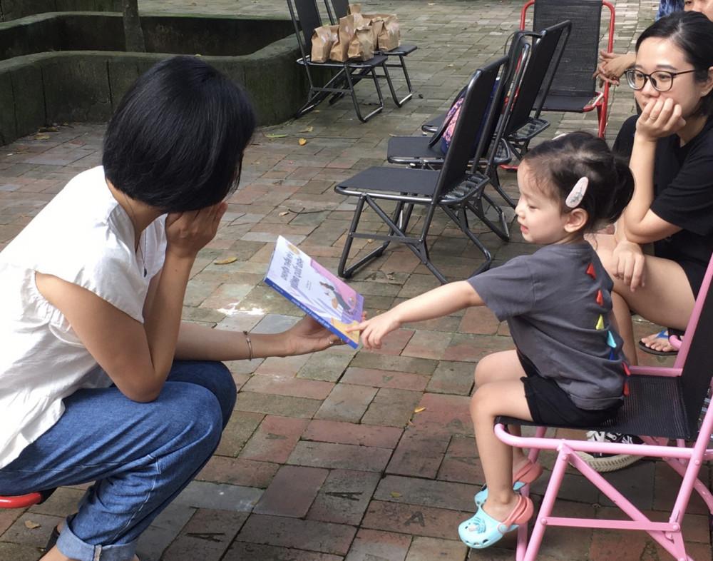 Ở giai đoạn rèn thói quen đọc sách cho trẻ, phụ huynh sẽ chọn công nghệ hay sách giấy?