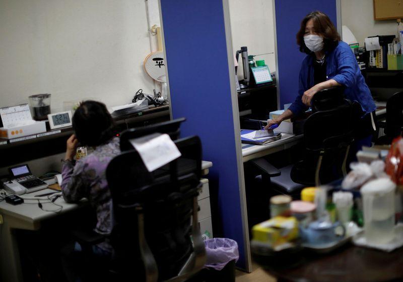 Thất nghiệp, làm thêm giờ và khủng hoảng kinh tế đẩy người lao động Nhật Bản - đặc biệt là phụ nữ - vào cảnh bế tắc.
