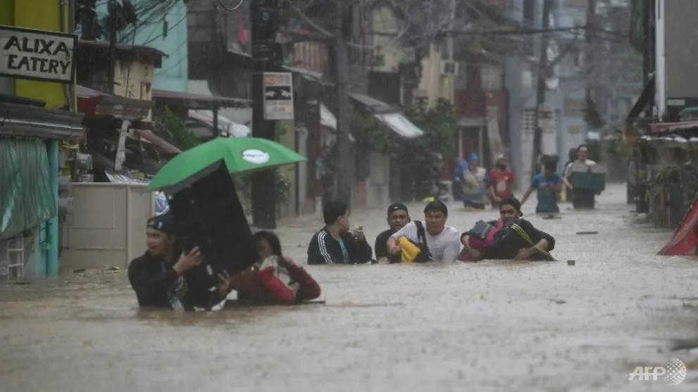 Người dân Philippines trong bão Vamco - Ảnh: AFP