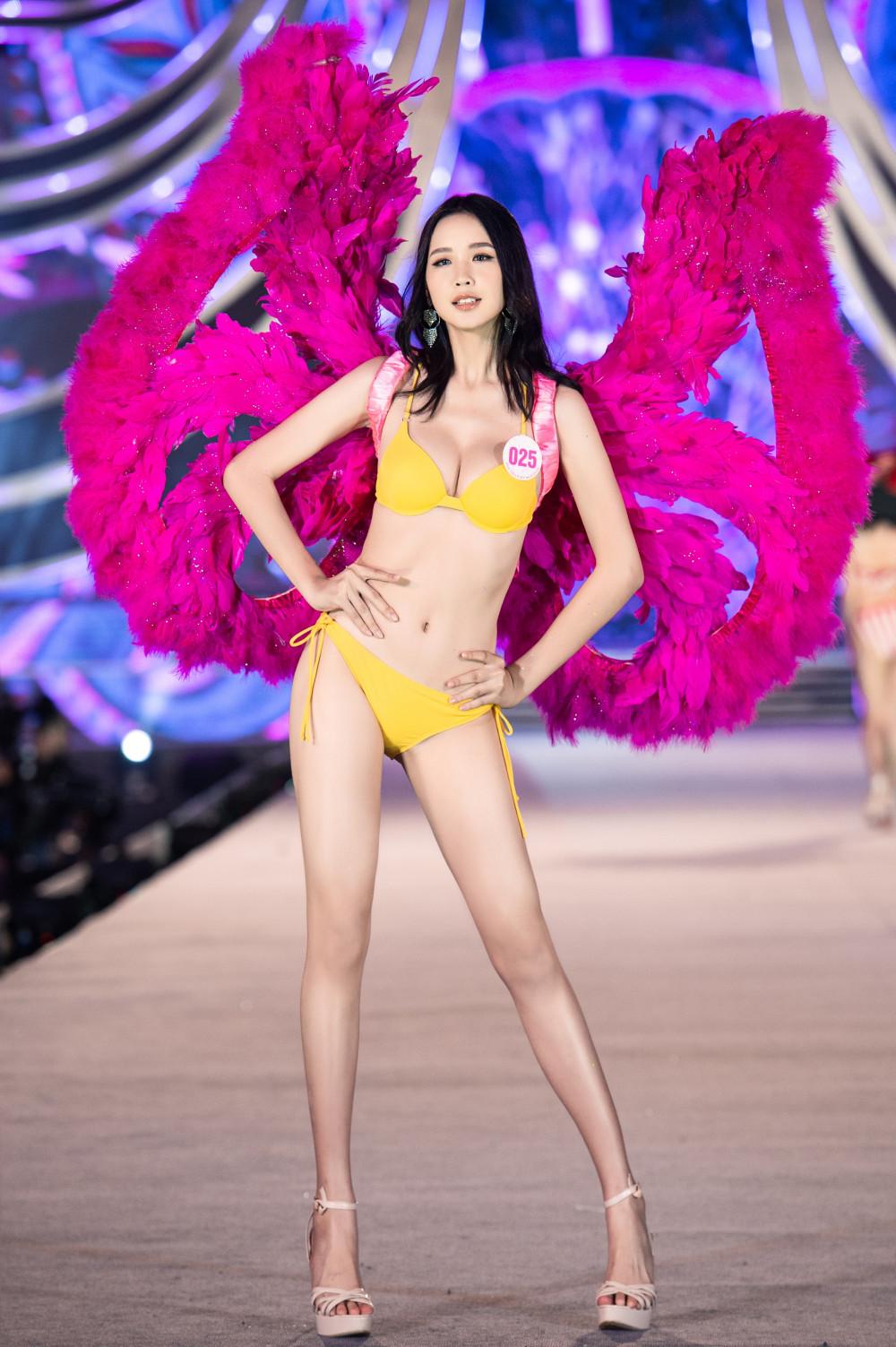 Lê Nguyễn Bảo Ngọc là thí sinh có chiều cao khủng nhất cuộc thi năm nay 1m84, số đo 3 vòng 87-67-96. Cô hiện đang là sinh viên của Đại học Quốc gia TPHCM. Phần lớn thí sinh tham dự Hoa hậu Việt Nam đều là những gương mặt mới nên kỹ năng trình diễn chưa thực sự điêu luyện.