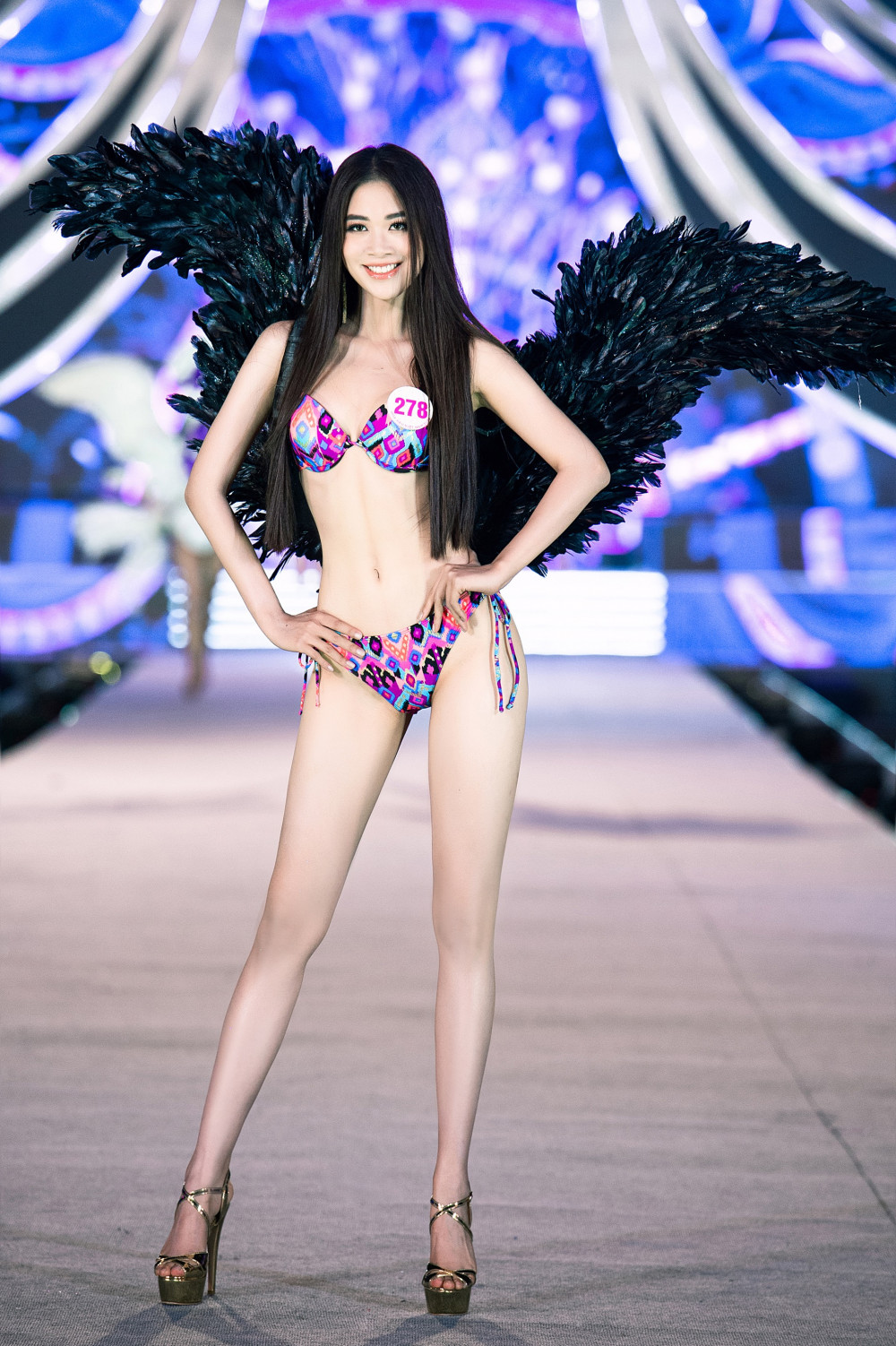 Thí sinh Vũ Quỳnh Trang có số đo nổi bật, cân đối 84-60-94. Cô từng dự thi Hoa hậu Hoàn vũ Việt Nam 2019, vào top 15.