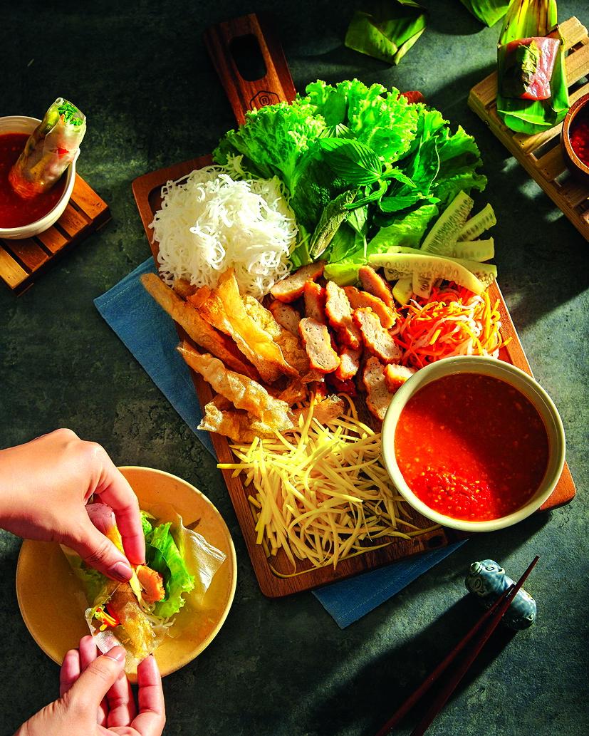 Món nem nướng Nha Trang với chén nước chấm đặc biệt được làm từ hỗn hợp tôm, thịt, gan heo bằm nhỏ