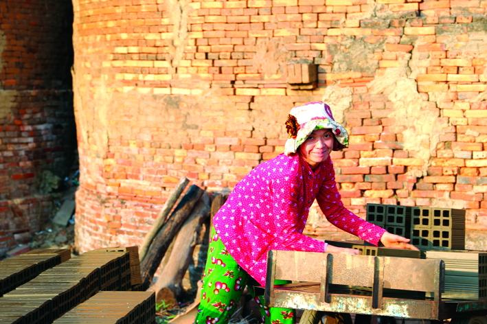 Công việc làm gạch gốm rất nặng nhọc nhưng đa phần lao động là phụ nữ