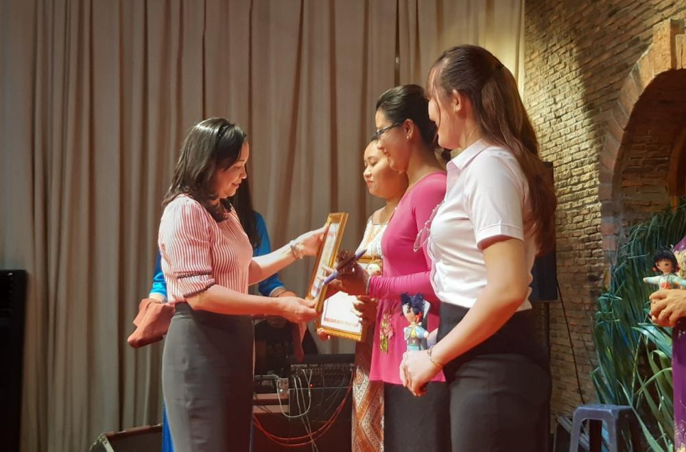 Ban tổ chức trao giải cho đại diện các đội thi.