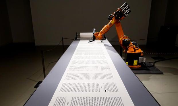 Một robot công nghiệp ghi chép văn chương.
