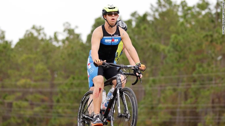Chris Nikic đã vượt qua những thách thức suốt chặng đua để chinh phục cuộc thi - Ảnh: CNN