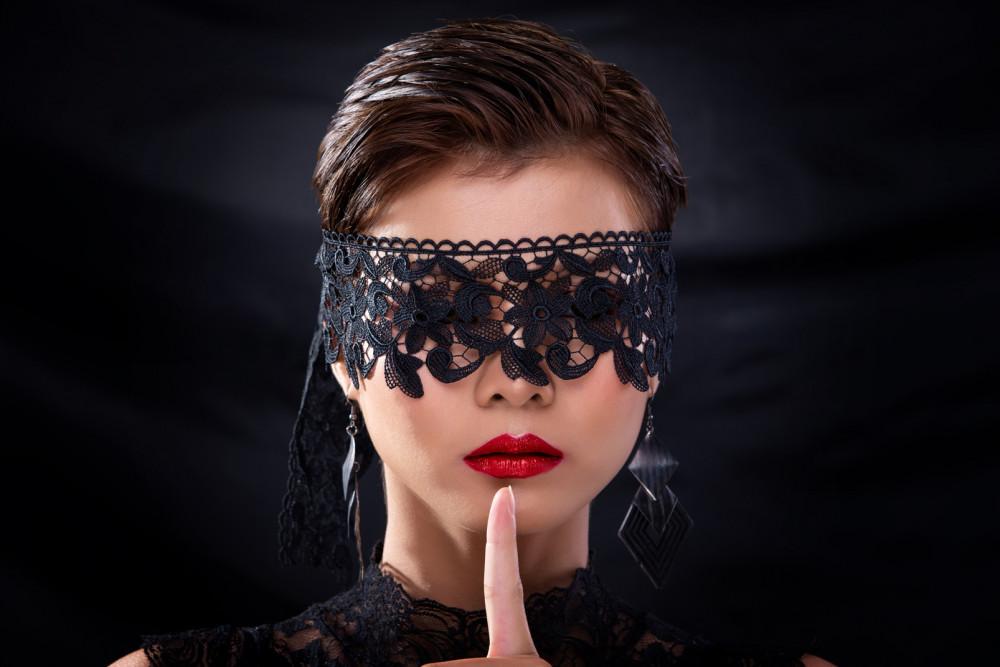 Bao kiến thức, kinh nghiệm sống không thắng nổi quán tính thiêu thân, người ta cứ thế thua cuộc trong trò chơi tình ái của chính mình
