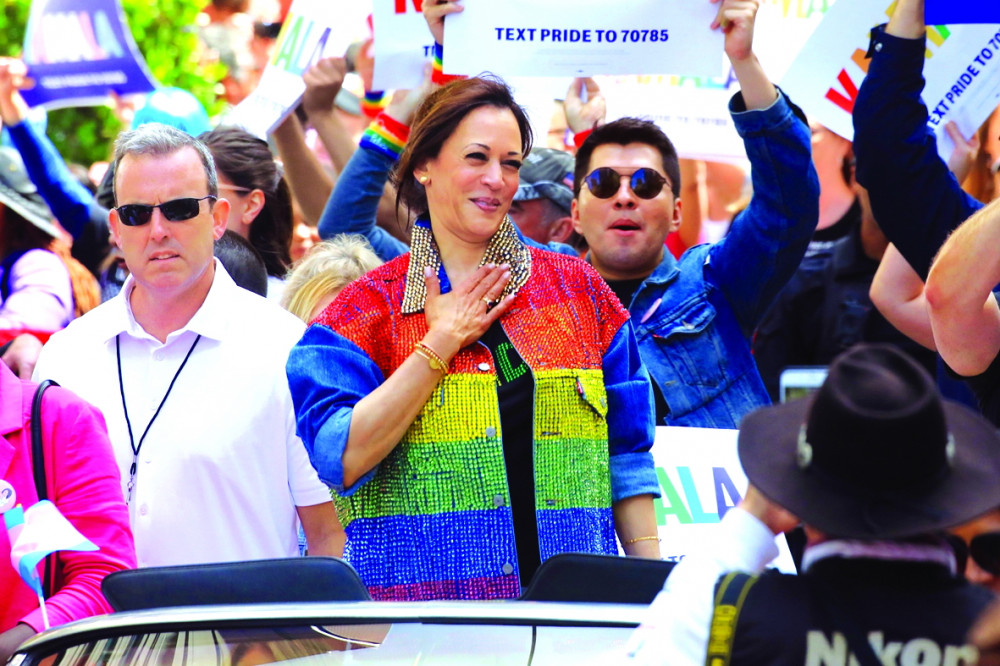 Tại San Francisco vào ngày 30/6/2019, thượng nghị sĩ Kamala Harris phát biểu trong cuộc diễu hành với trang phục gồm: áo denim đính cườm sequin bảy sắc cầu vồng. Theo Vogue, cộng đồng LGBT và da màu đã bày tỏ sự ủng hộ, yêu mến Kamala Harris - Ảnh: Jim Wilson/The New York Times