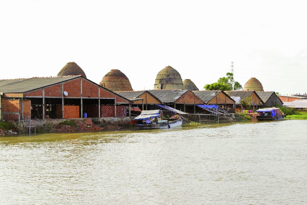 Làng gạch gốm Cổ Chiên nằm sát bên bờ sông, rạch lớn để thuận tiện việc vận chuyển